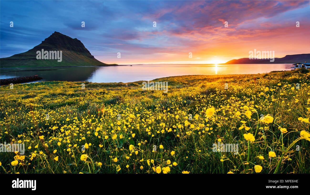 Il pittoresco tramonto su paesaggi e cascate. Montagna Kirkjufell,Islanda Immagini Stock