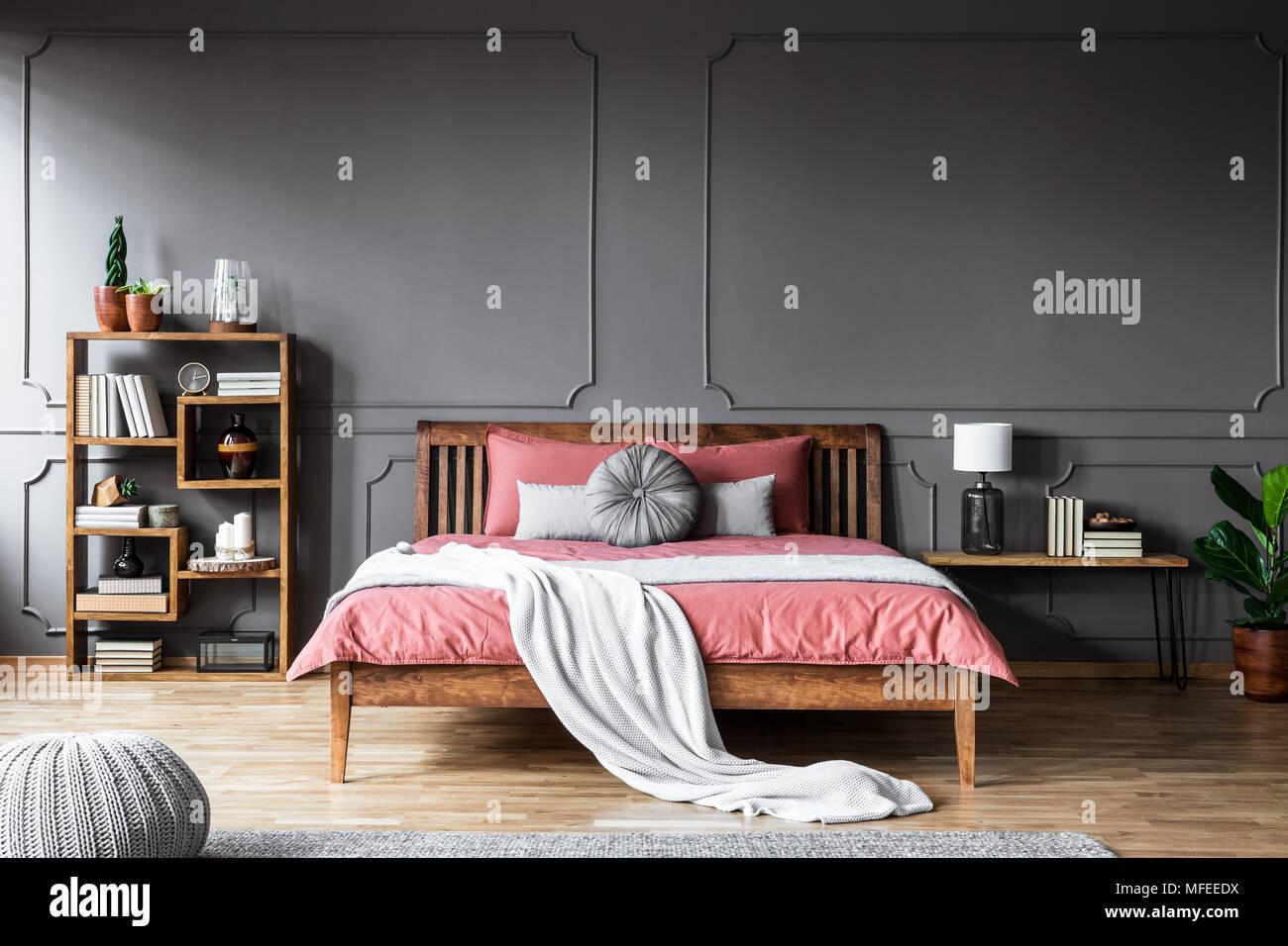 Un grande letto in una spaziosa camera da letto scuro in piedi tra ...