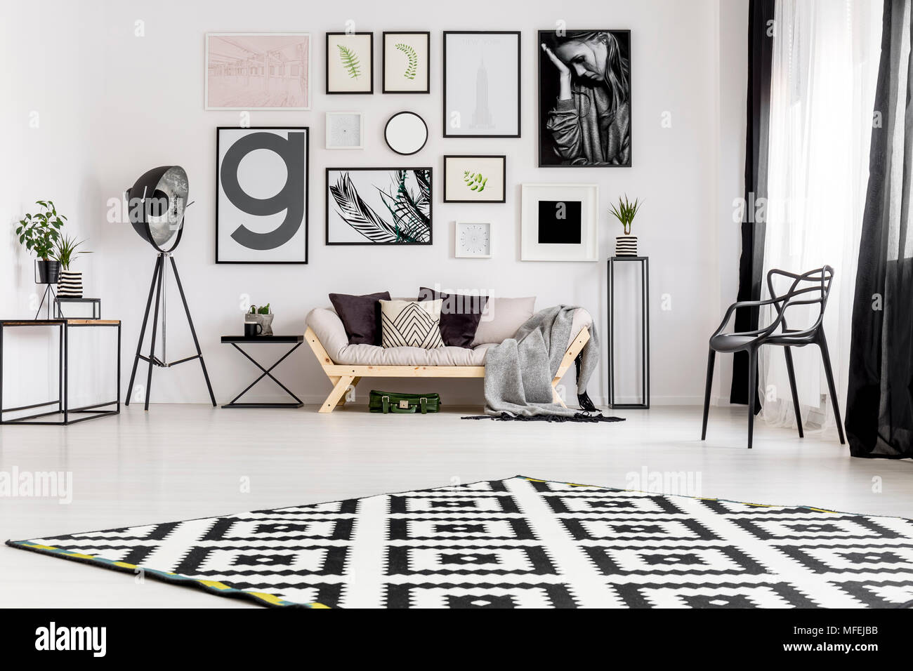 Pareti Con Foto In Bianco E Nero : Bianco e nero tappeto in scandi salotto interno con divano contro