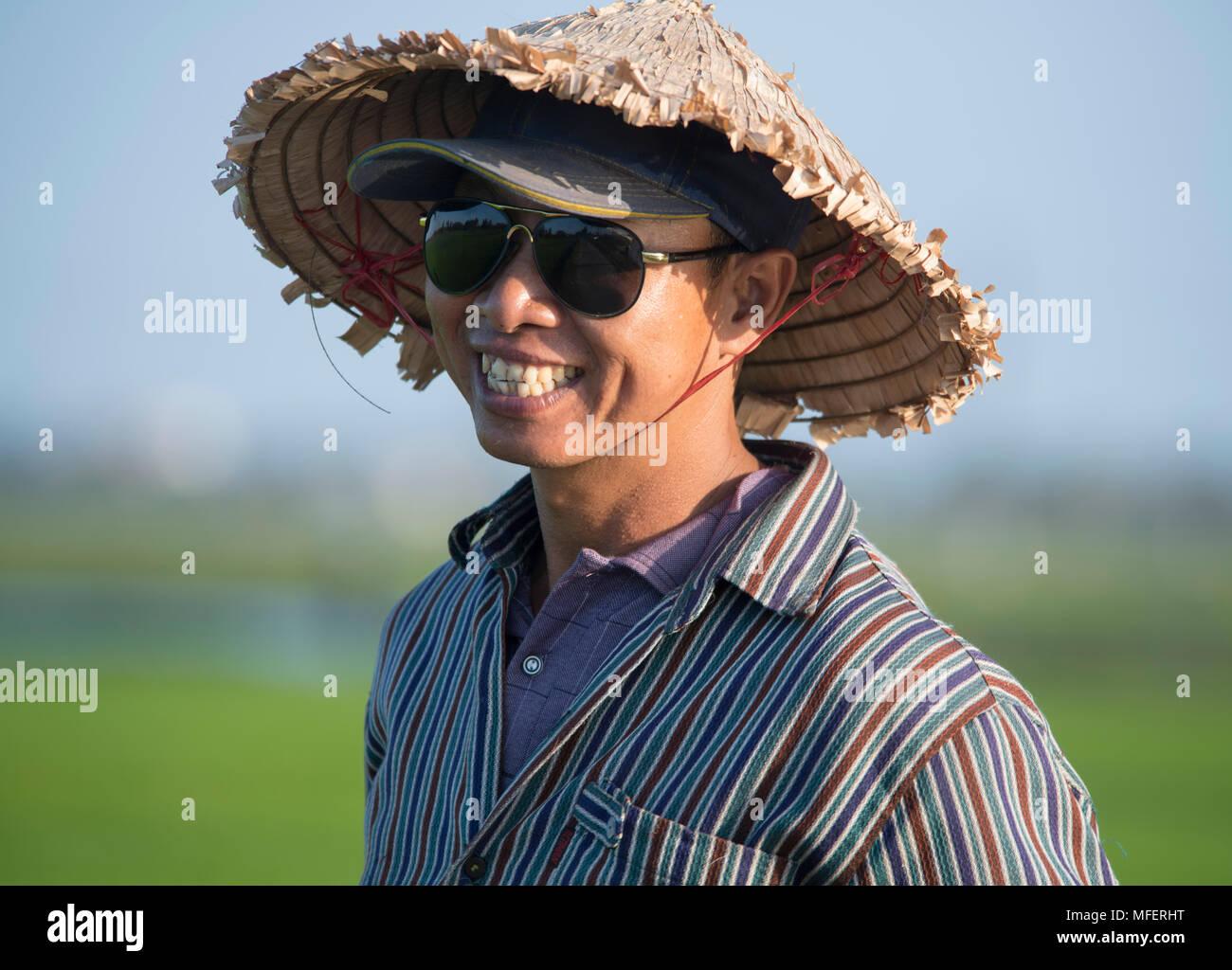 Un uomo vietnamita indossando un tradizionale cappello di paglia e cappello  da baseball vicino a Hoi An 4732b4e1b9cd