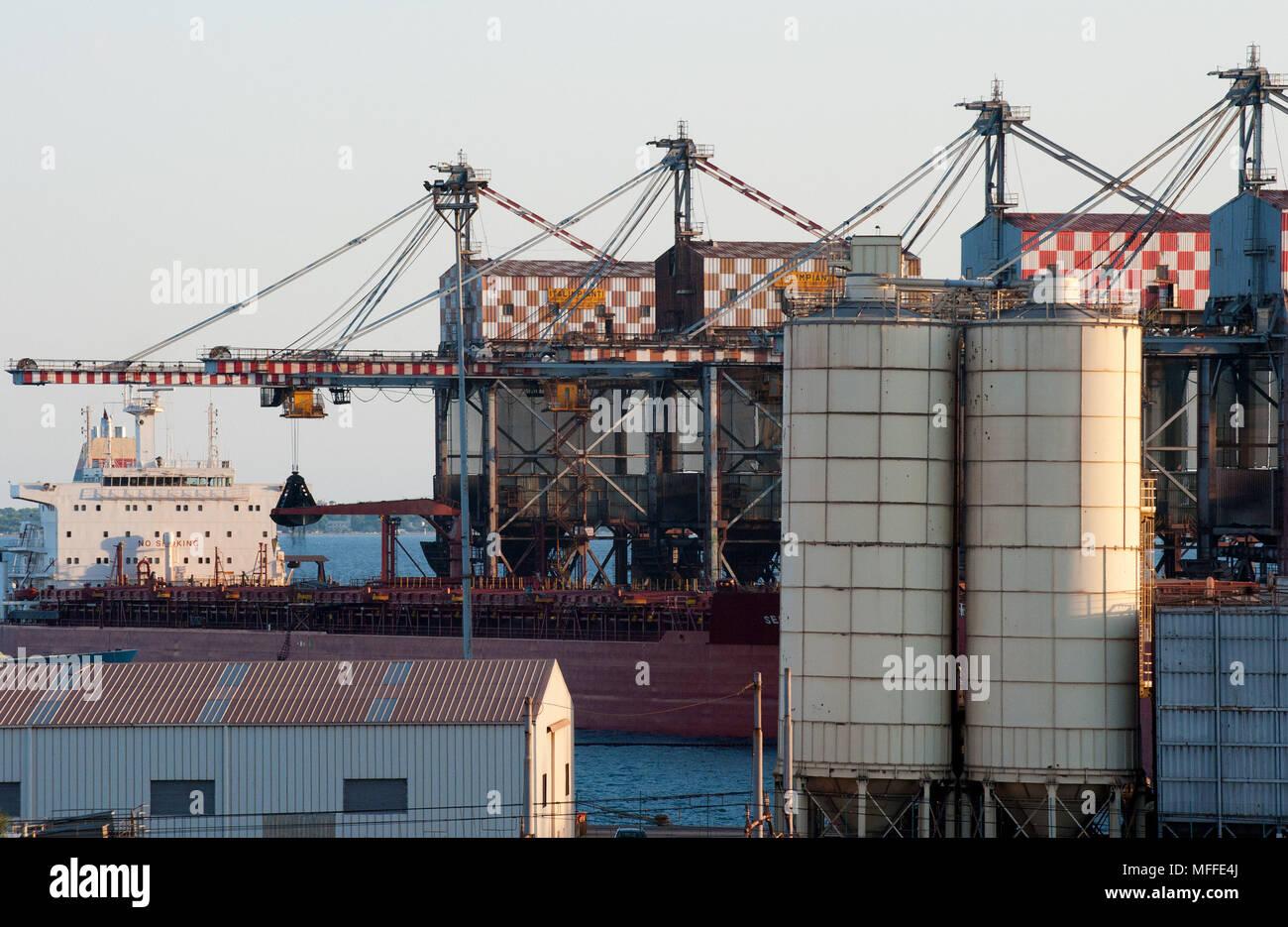 Taranto. ILVA fabbrica di acciaio, il trasporto dei minerali sul nastro trasportatore. Italia Immagini Stock