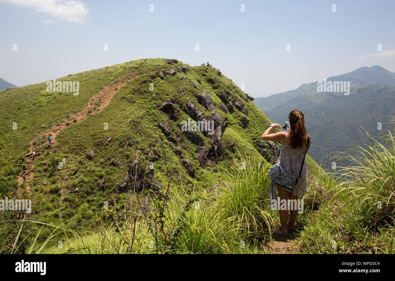 Donna prendendo fotografia di poco Adam's Peak, Ella, Badulla District, provincia di Uva, Sri Lanka, in Asia. Foto Stock