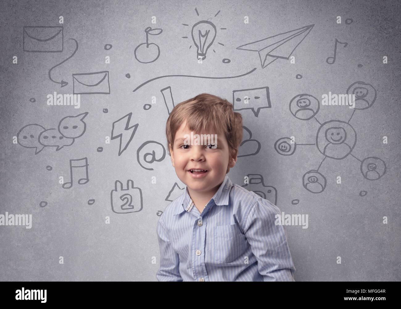Smart little junior nella parte anteriore di un elaborato muro grigio con concetto infantili Immagini Stock