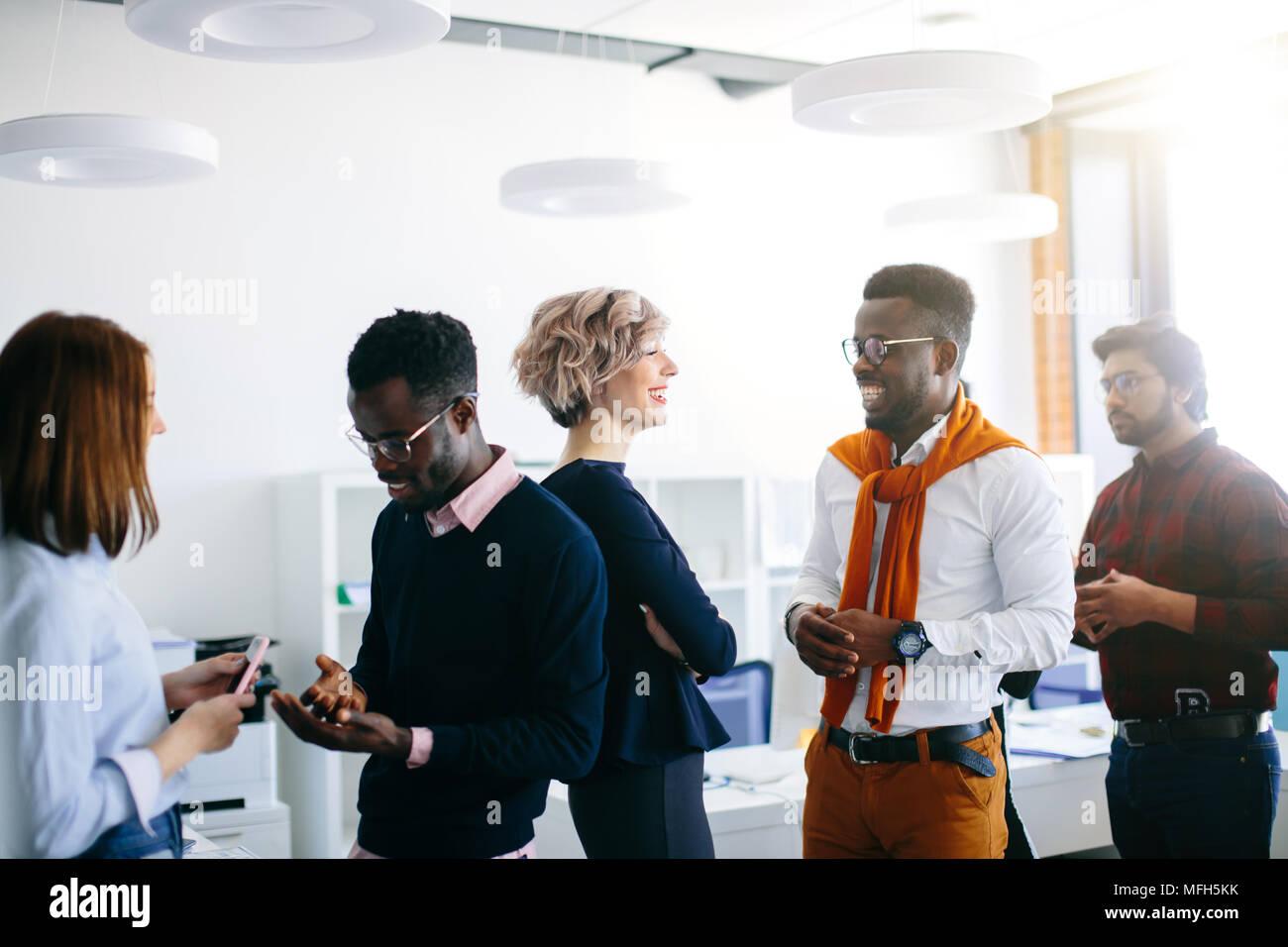 Close up ritratto di Giovane multi etnico persone che parlano in coppie. nuovi metodi di comunicazione in ufficio Immagini Stock
