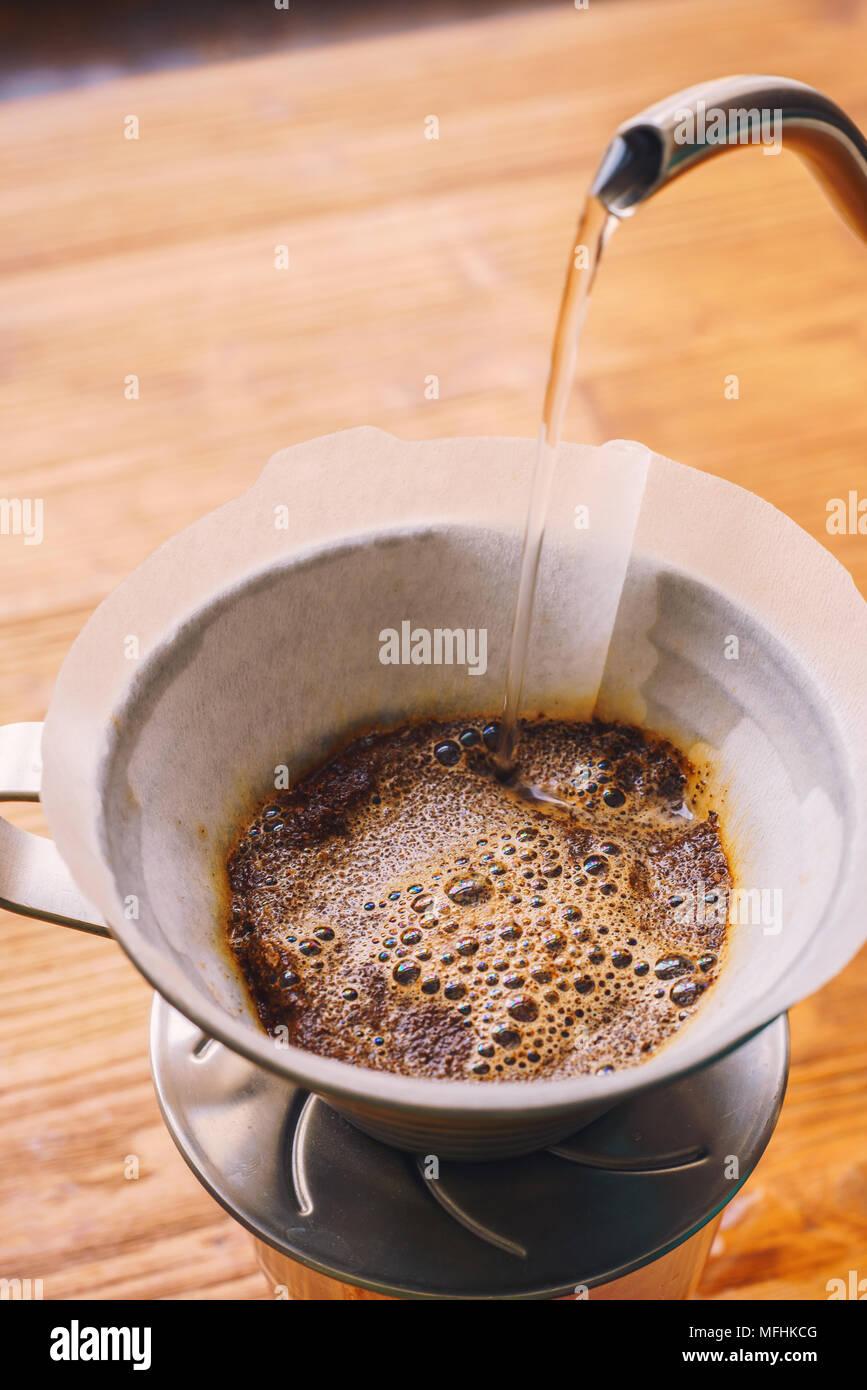 La produzione di birra di gocciolamento caffè filtrato Immagini Stock