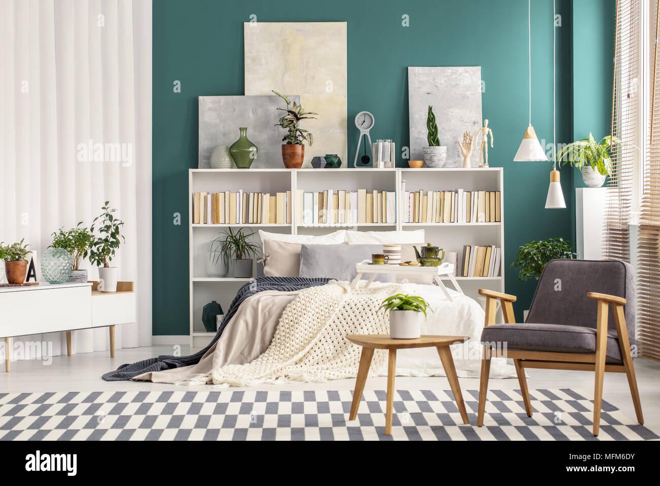 Camera Da Letto Verde Smeraldo : Grigio retrò poltrona accanto a un tavolo da caffè in legno nella