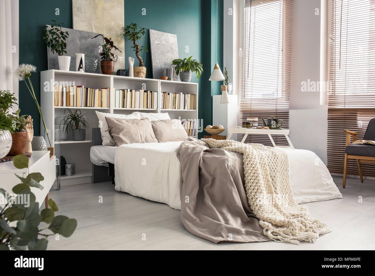 Camera Da Letto Beige : Vista laterale di un comodo divano letto bianco con grigio e