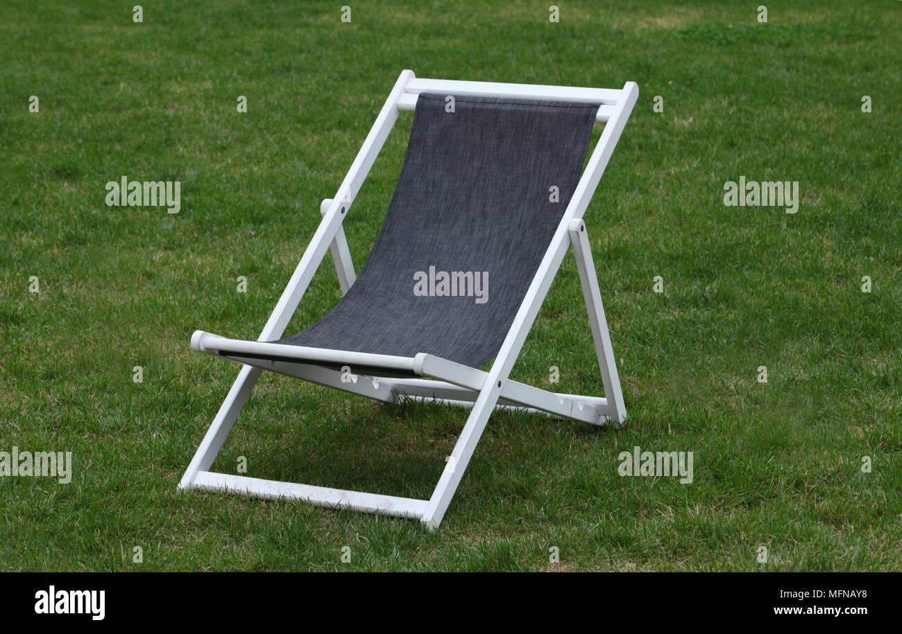 Sedia A Sdraio In Legno : Legno bianco sedia a sdraio su erba verde foto & immagine stock