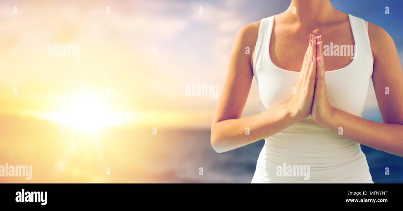 Ravvicinata di una donna che fa il gesto di saluto all'aperto Immagini Stock