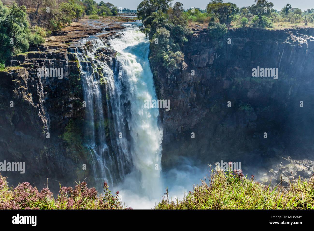 Devil's La cataratta è sul lato dello Zimbabwe di Victoria Falls, ed è il più basso dei 5 scende con una goccia di 60 metri. Immagini Stock