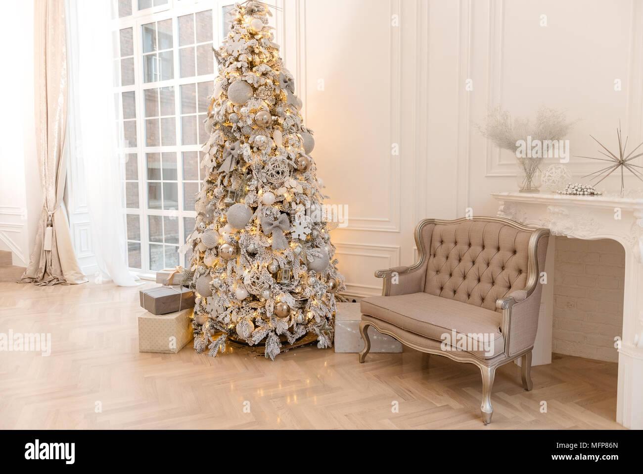 Oro sullo sfondo di natale di de focalizzato con luci for Sedie decorate per natale
