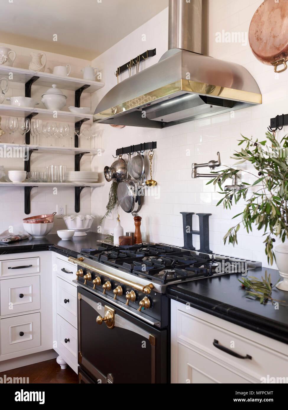 Cappa sopra la gamma forno con piano cottura a gas in un angolo del ...