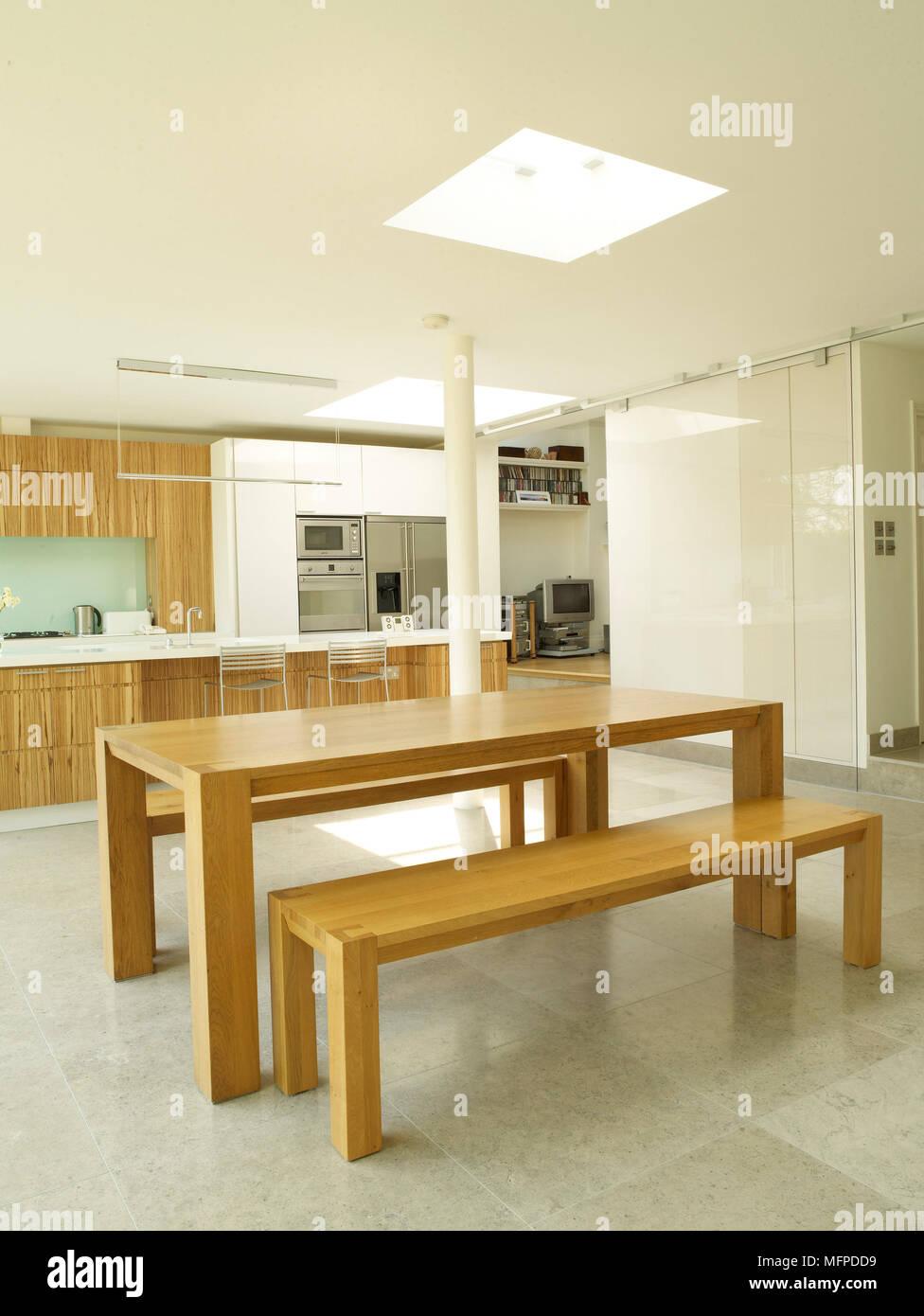 Semplice tavolo in legno e i sedili a panchina nel centro di cucina ...