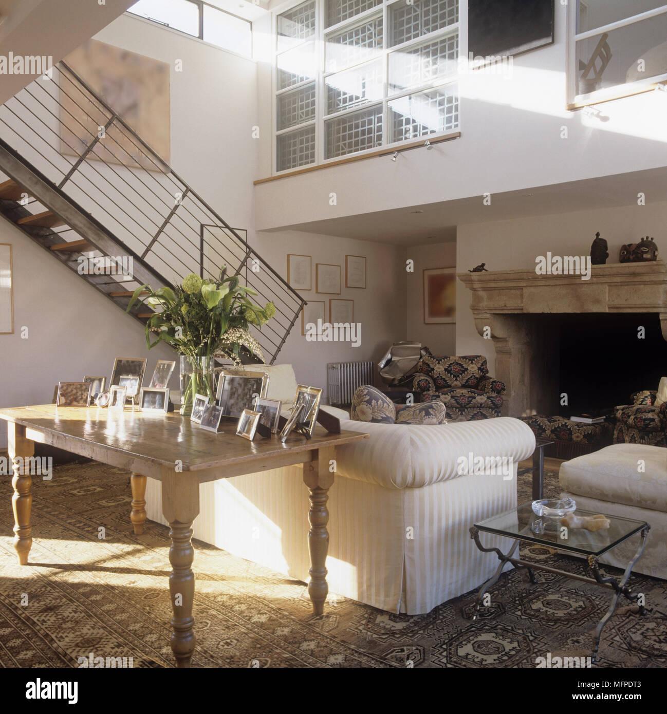 Mobili imbottiti open plan soggiorno con scale che conducono al ...