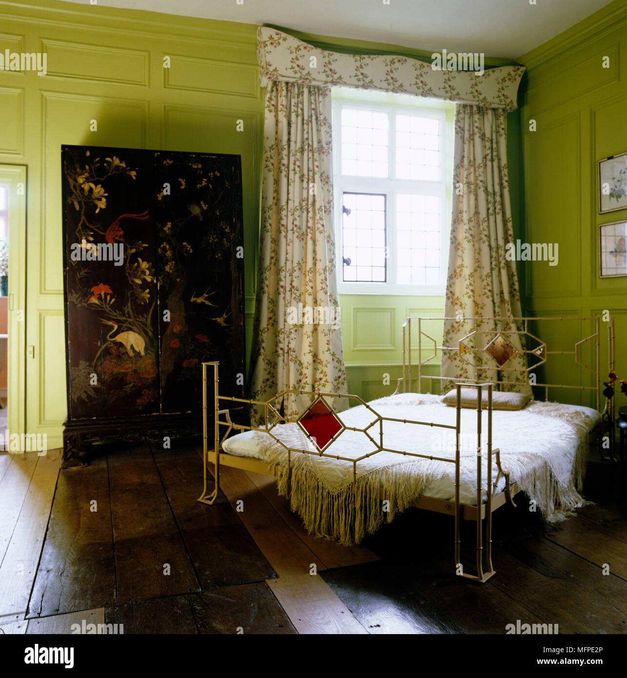 Deco e letto matrimoniale nel centro della camera da letto verde con ...