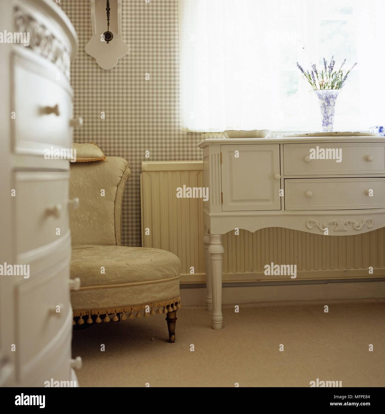 Una camera da letto tradizionale dettaglio comò bianco con un vaso ...