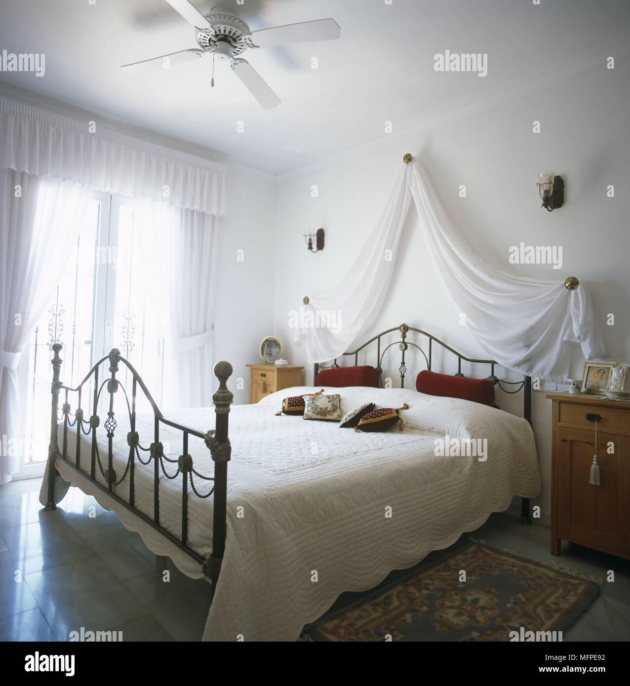 Letto A Soffitto Matrimoniale Design.Un Bianco Tradizionale Camera Da Letto Con Letto Matrimoniale In