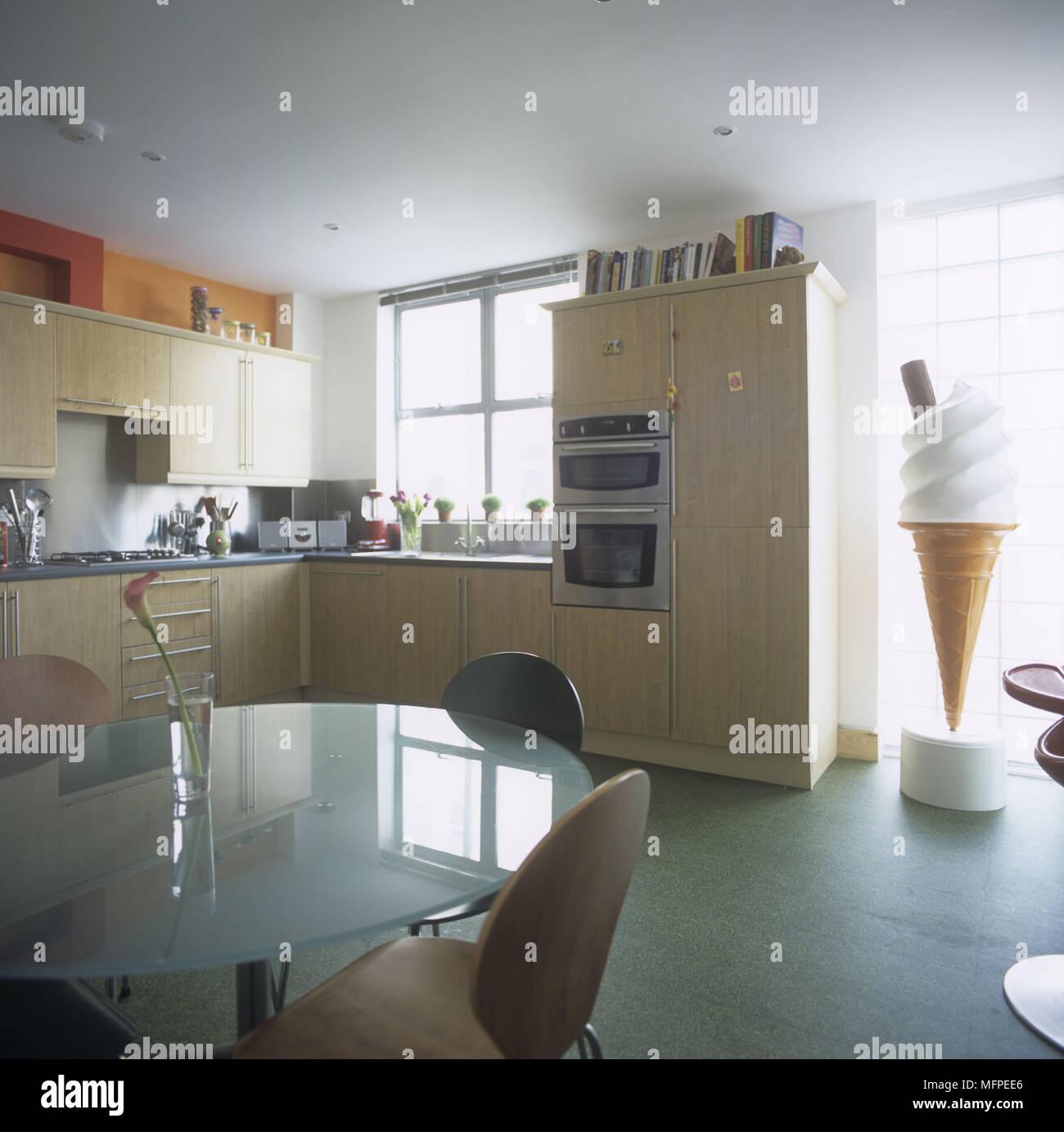 Area da pranzo con una circolare tavolo di vetro in cucina con un ...