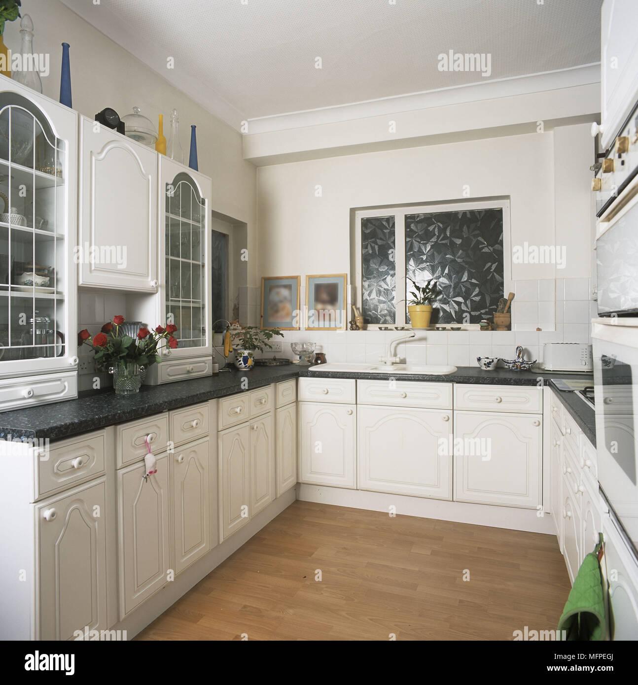 Cucina moderna unità bianco pavimento in legno Foto ...