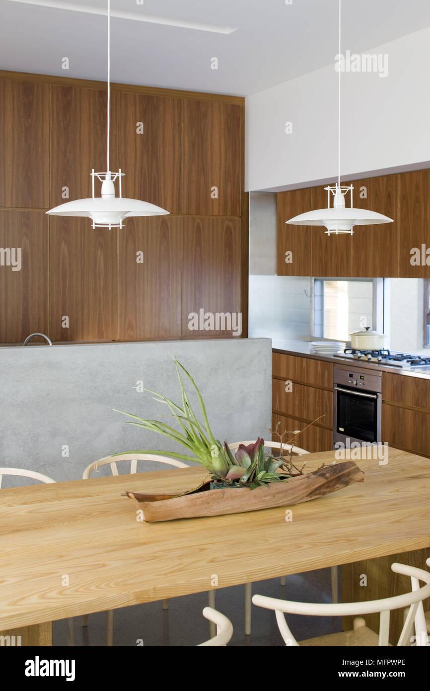 Luci A Soffitto Al Di Sopra Di Un Tavolo Di Legno In Un Piano Aperto Cucina Moderna Foto Stock Alamy