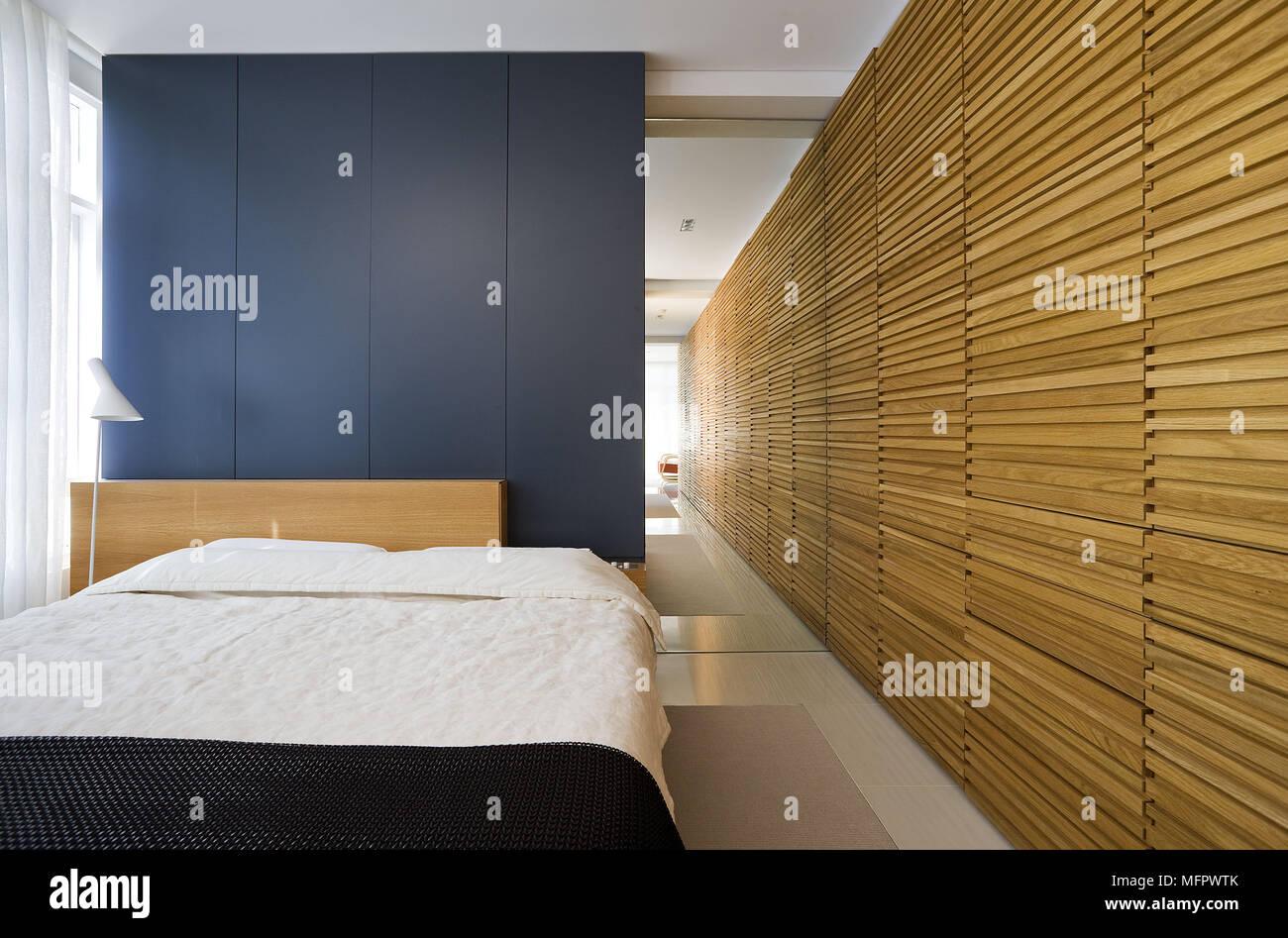 Letto matrimoniale in modern open plan camera da letto blu con ...