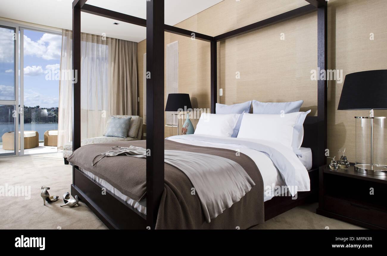 Lampade su entrambi i lati del letto a baldacchino letto