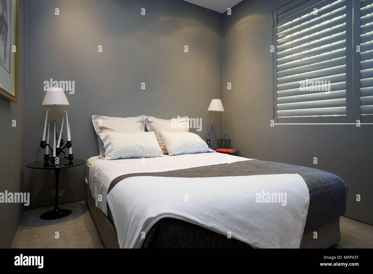 Lampade sui comodini su entrambi i lati del letto ...