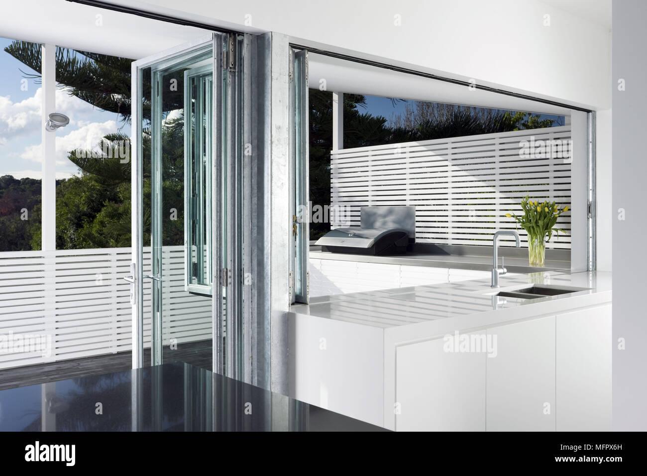 Moderna Cucina Bianca Con Porta A Soffietto Per Balcone Terrazza