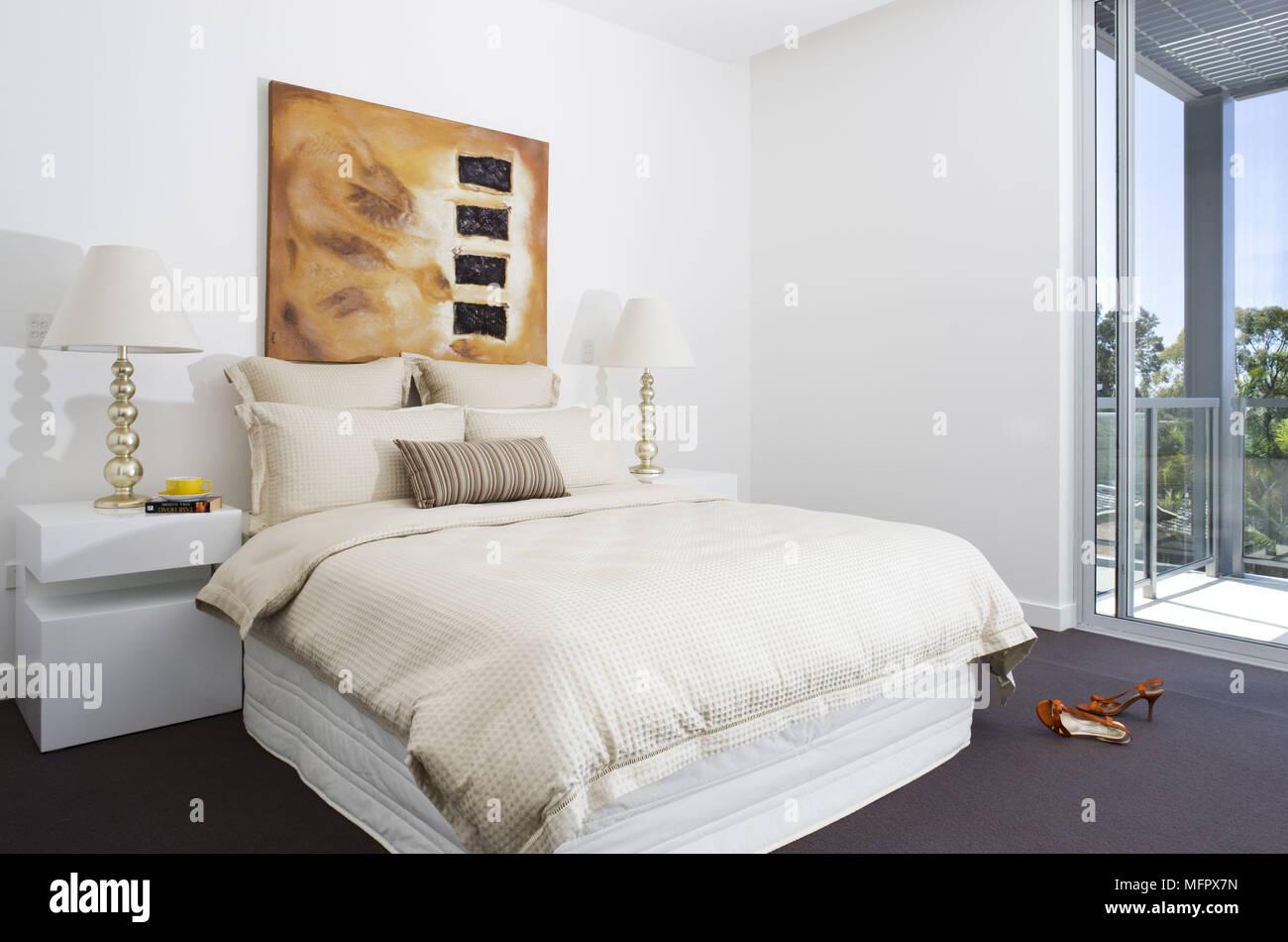 Coppia di lampade sui comodini su entrambi i lati del letto ...