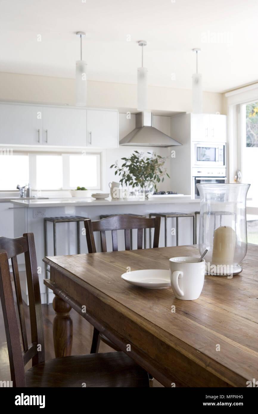 Tavolo in legno e sedie, in una moderna cucina con isola centrale ...