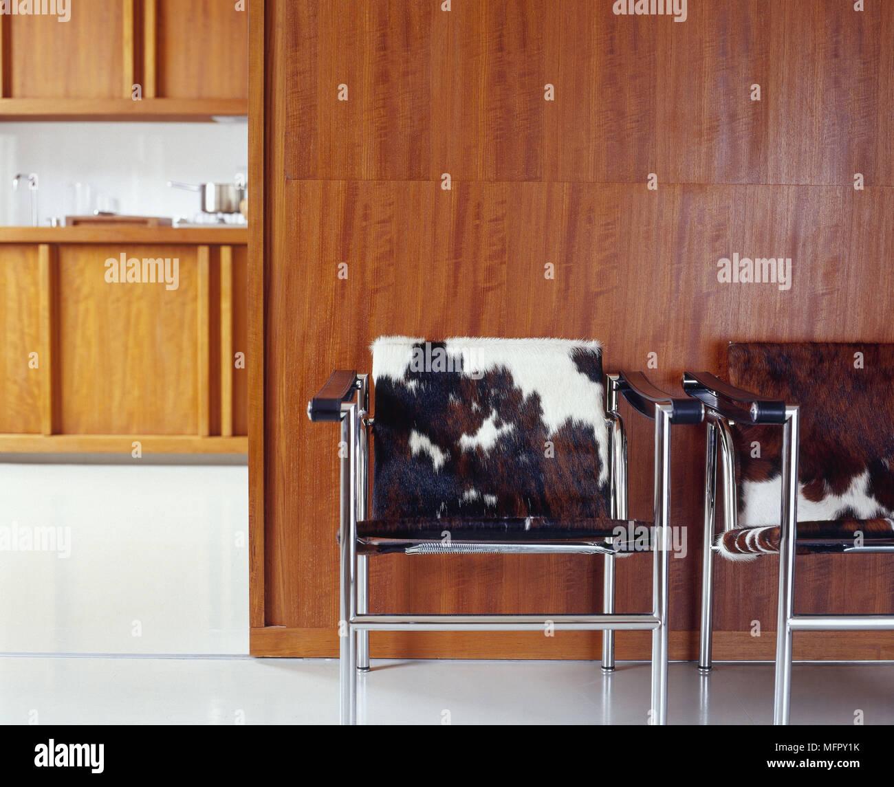 Animale metallo stampa incorniciata sedie, in una moderna ...