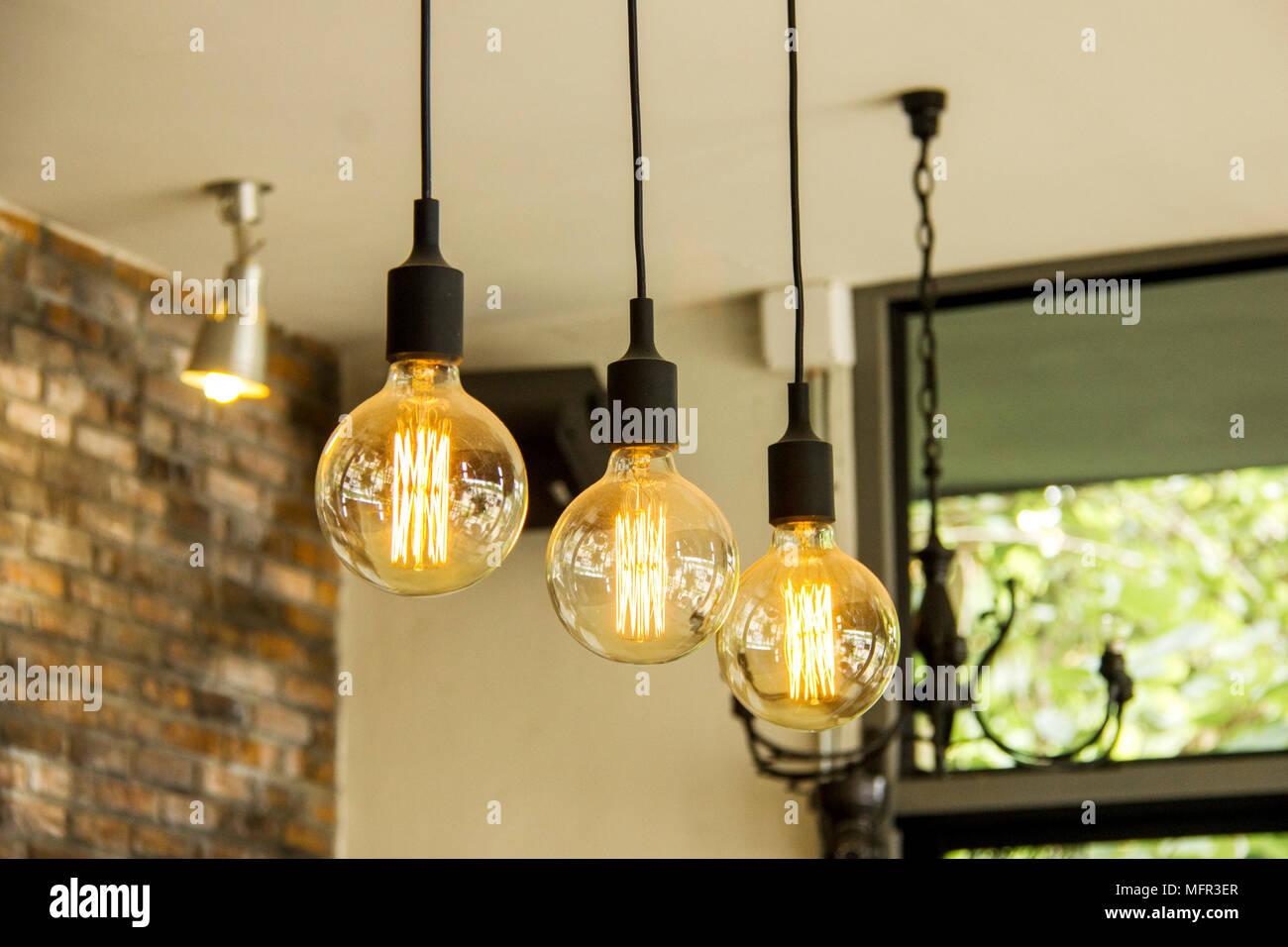 Retrò incandescente lampadine pendenti dal soffitto foto & immagine