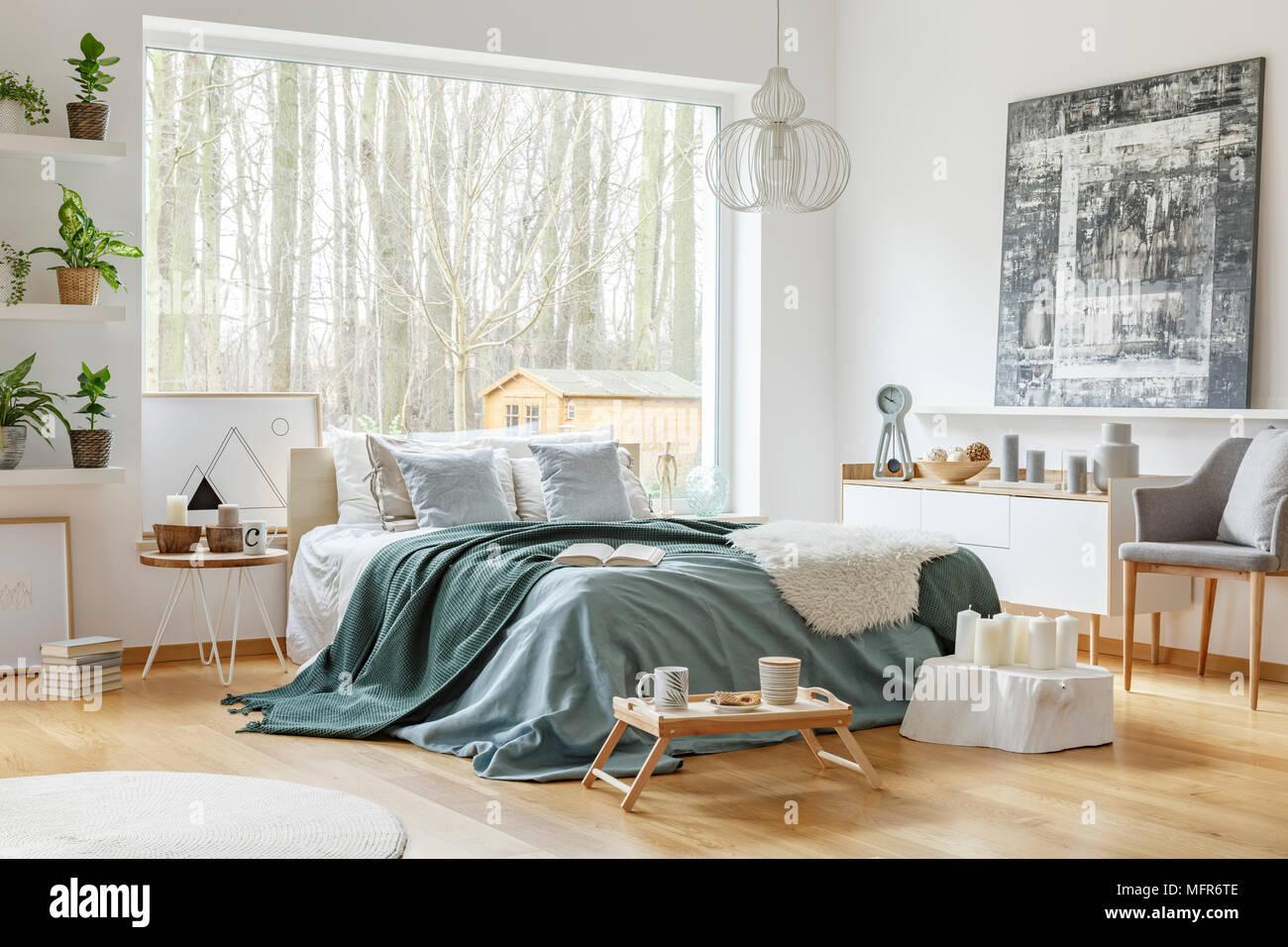 Letto Con Armadio Sopra pittura sopra armadio bianco vicino al letto con verde