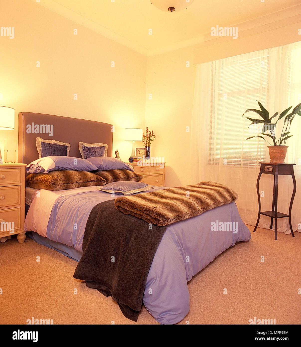 Camera da letto pareti crema tall taupe testata lilla biancheria a ...