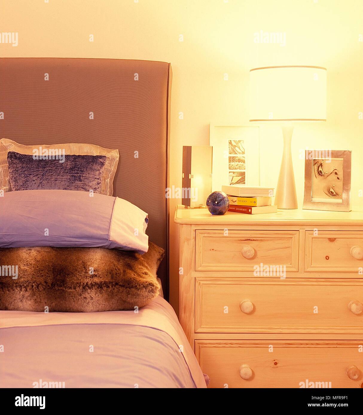 Dettaglio camera da letto di legno chiaro cassettiera accanto al ...