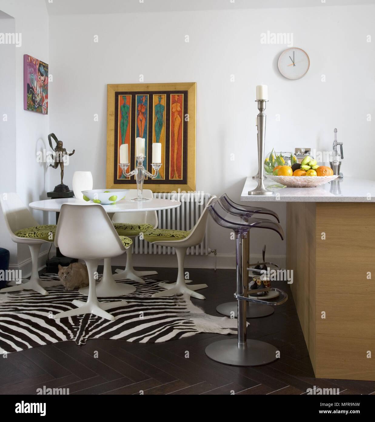 Eero Saarinen tavolo bianco e sedie in cucina contemporanea con ...