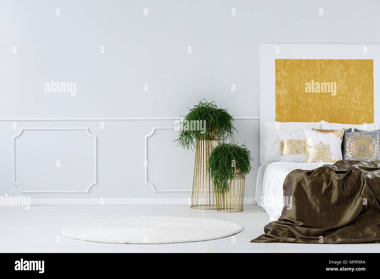 Pianta Camera Da Letto Matrimoniale : Piante in vaso sul design moderno metallo dorato tabelle accanto a