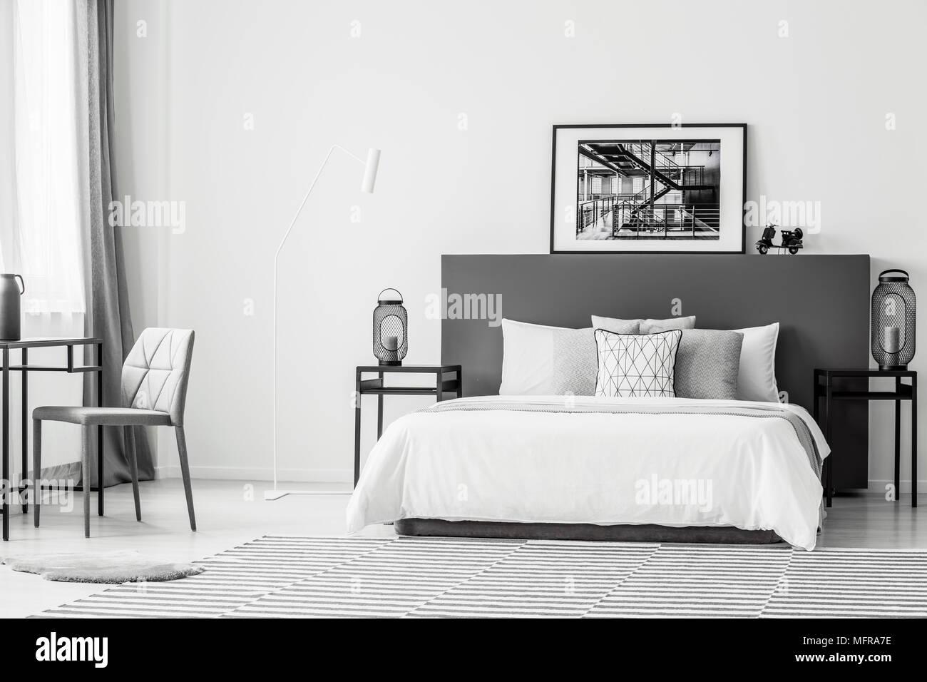 Camera Da Letto Bianco E Nero : Sedia grigio al tavolo vicino al letto bianco in contrasto spaziosa