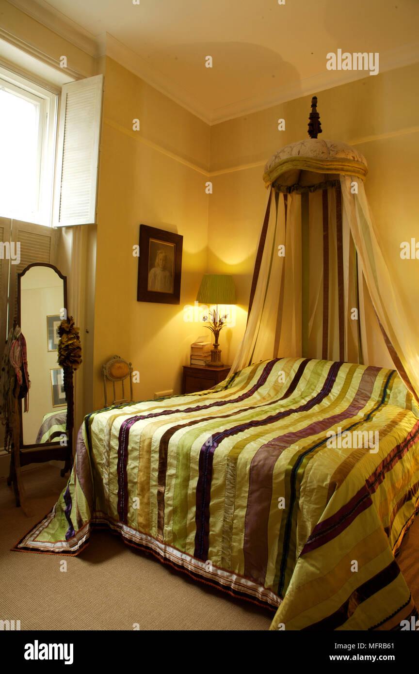 Camera da letto con baldacchino sopra striped. Biancheria da ...