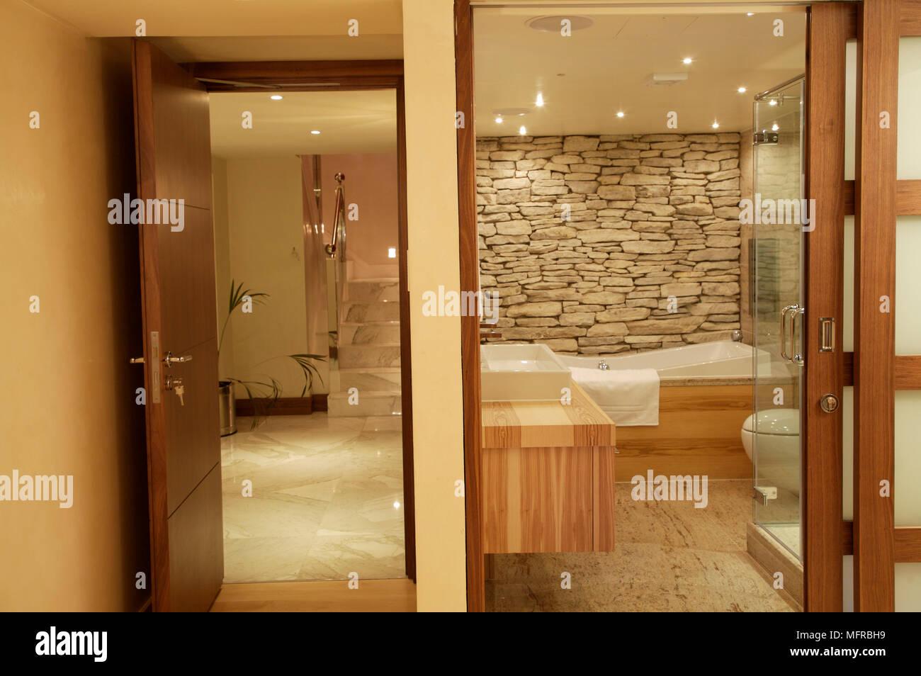 Stanza Da Bagno Ensuite Con Esposti Muro Di Pietra E Legno Nudo Di