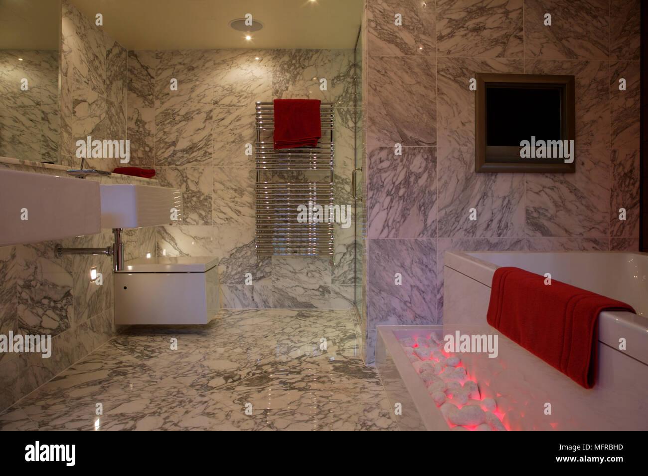 Bagno con pavimenti in marmo e pareti Foto & Immagine Stock ...