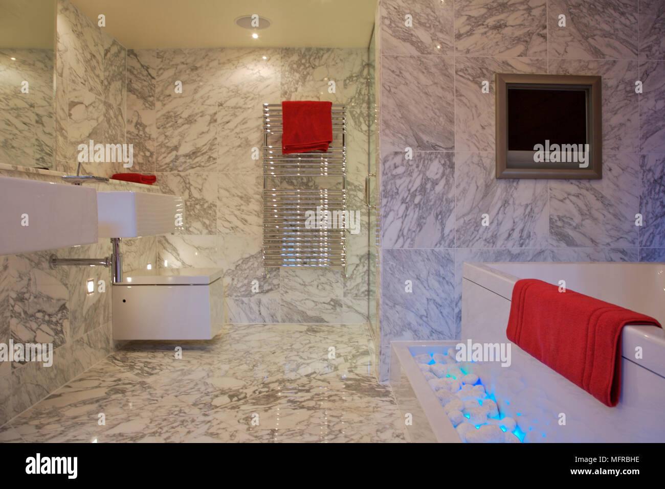 Bagno con pavimenti in marmo e pareti foto immagine stock