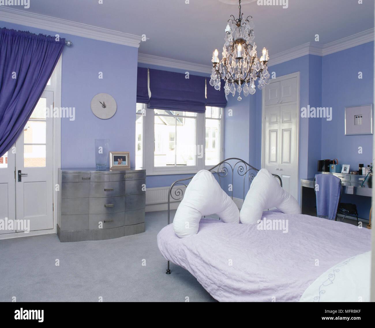 Blue camera da letto con letto di ferro battuto e lampadario Foto ...