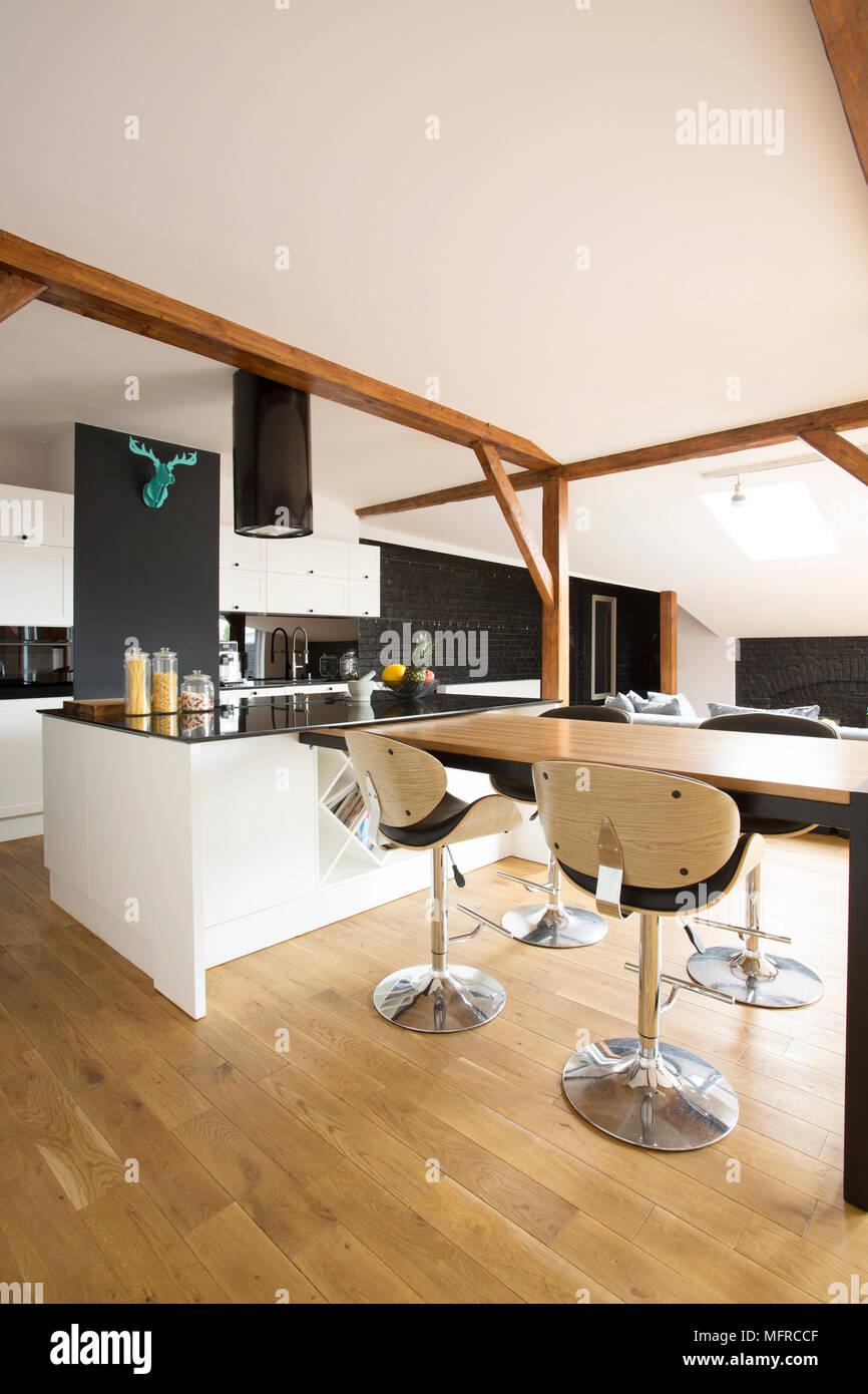 Bianco, cucina moderna interno con sgabelli da bar, tavola nera e ...
