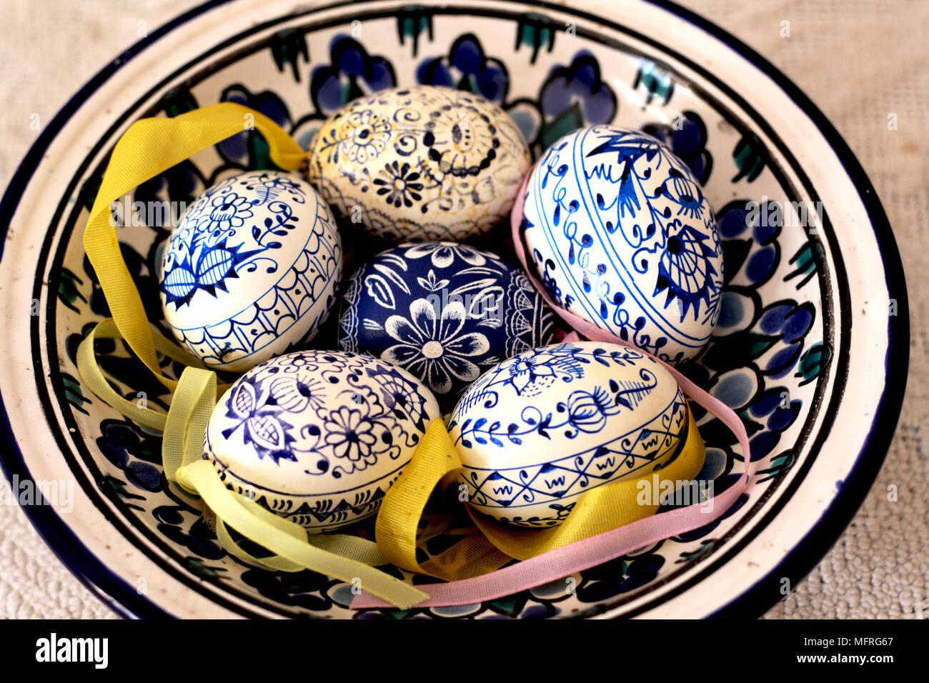 Uova Di Ceramica Dipinte A Mano.Ceca Tradizionale Blu E Bianco Uova Di Pasqua In Un Piatto Blu