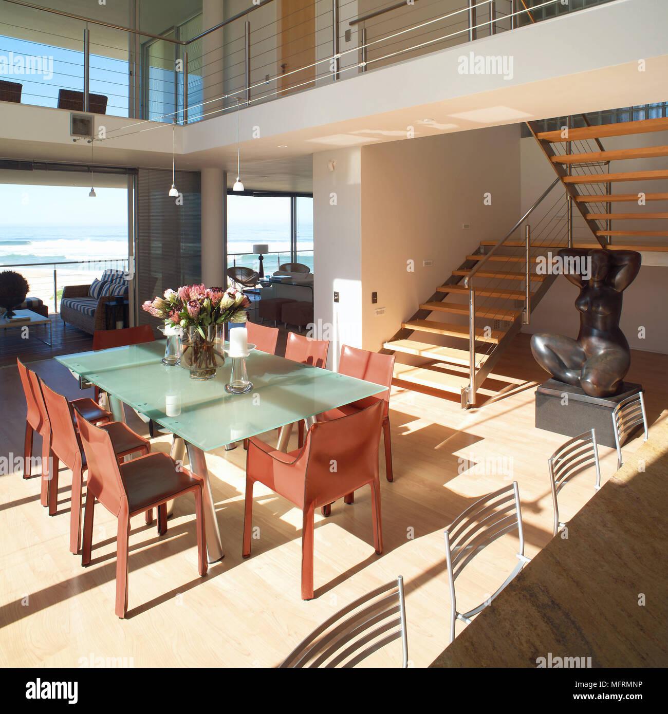 Un moderno piano aperto spazio soggiorno con area da pranzo le scale ...