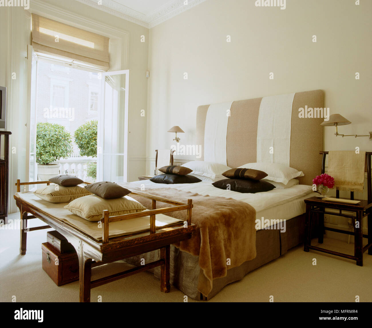 Un folle moderna camera da letto matrimoniale con testata ...