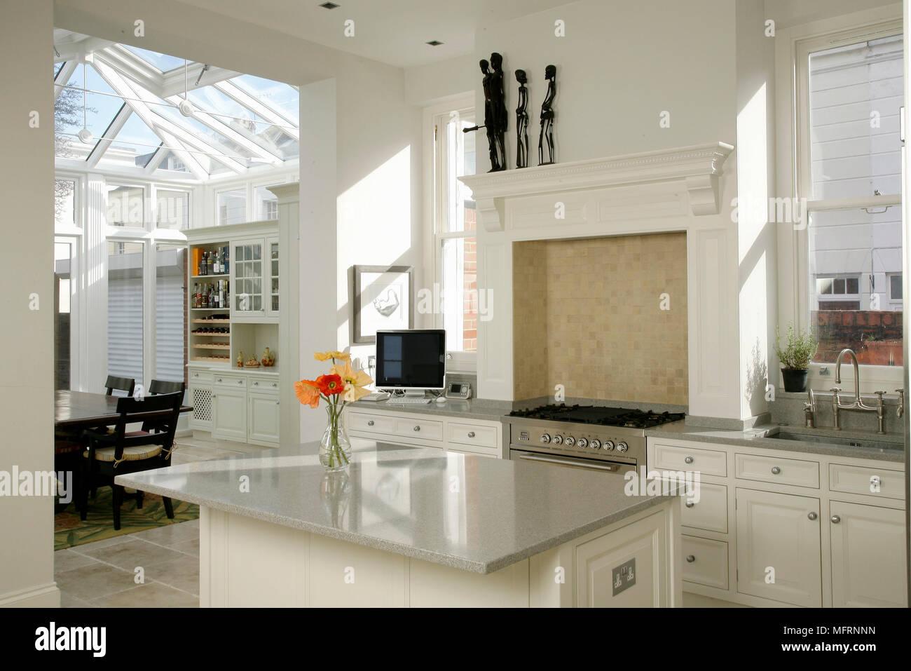 Moderna cucina con isola centrale unità e le unità bianche ...