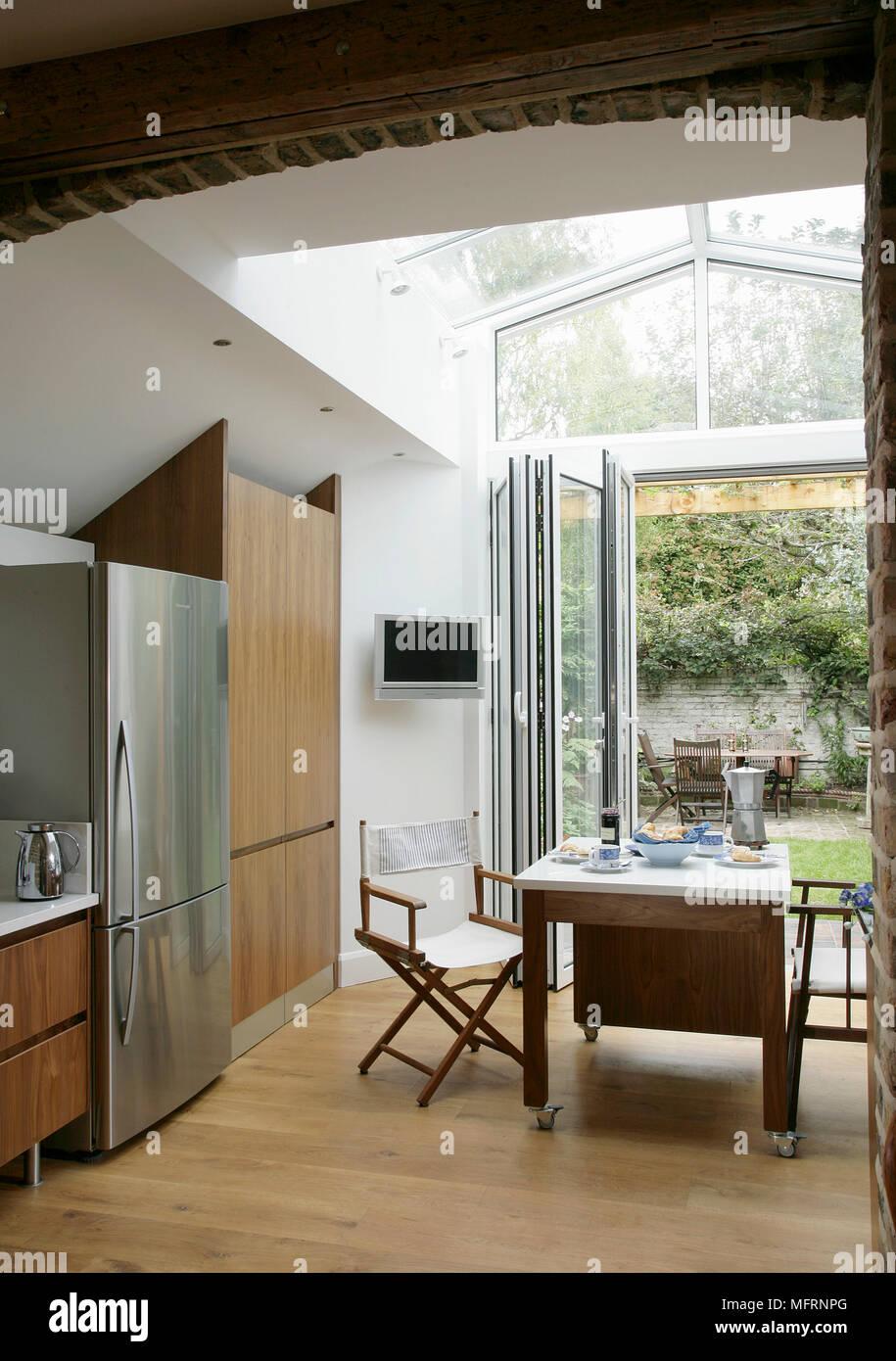 Un tavolo per due in cucina moderna con la piegatura porta di patio ...