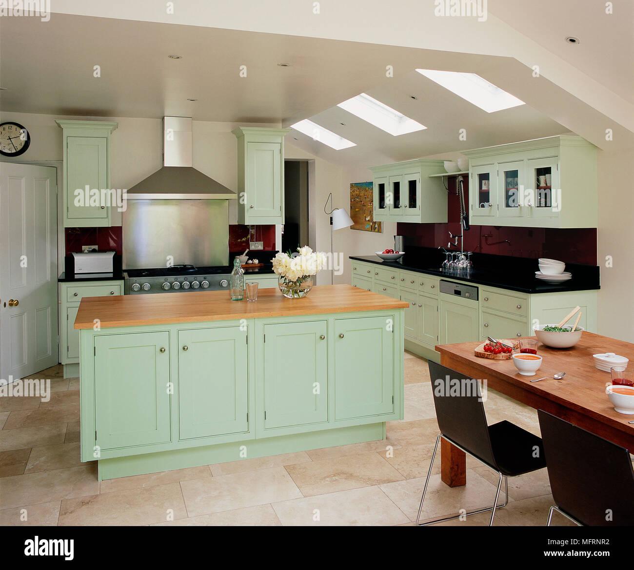 Racconto da pranzo e sedie in moderno stile country con cucina verde ...